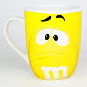 Tasse - mug jaune de la marque M&M'S en céramique émaillée
